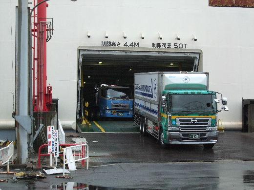 続々と出てくる大型トラック.jpg